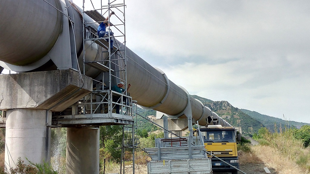 Hydro Stop socket encapsulation couplings is used for repairing a leaking socket joints on the biggest pipeline in Southern Italy